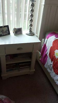 Gorgeous white bedroom set. Comes with bed, a night stand, a